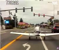 فيديو  هبوط اضطراري لطائرة أمريكية في شارع مزدحم بالسيارات