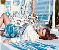 صور| غادة عادل تتألق على البحر بـ«الهوت شورت»
