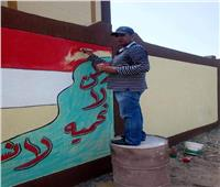 بالصور.. رئيس وحدة محلية بالغربية يرسم جداريات على مدرسة جديدة