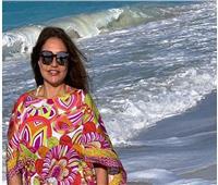 ليلى علوي بإطلالة مبهجة على البحر