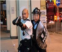 الإعلام الصيني يصف شرطي بـ«البطل» لرفعه السلاح أمام متظاهري هونج كونج