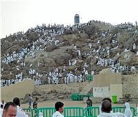بالفيديو والصور  ضيوف الرحمن يتضرعون إلى الله على جبل الرحمة