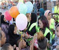 عيد الأضحى 2019| متطوعون أقباط يوزعون ورود وهدايا أمام معبد الأقصر