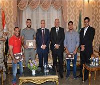 محافظ المنيا يكرم 3 لاعبين من أبطال العالم.. وموهبة في الشعر
