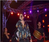 صور| حسن الخلعي يُغني والروسية لينا ترقص في حفل «الساحل»