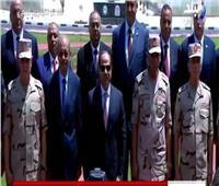 السيسي يلتقط صورا تذكارية مع قادة القوات المسلحة خلال افتتاح 1300 صوبة زراعية