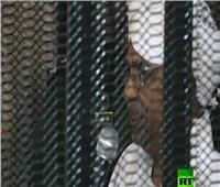 شاهد| الرئيس السوداني المعزول من داخل القفص فى أولى محاكماته