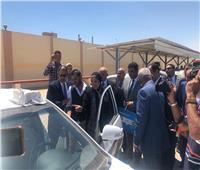 جهاز تنمية المشروعات يسلم 50 سيارة أجرة لشباب محافظة السويس