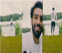 شاهد| محمد صلاح يختبر سرعته فوق سطح الماء