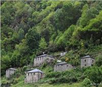 لسبب غريب| مجموعة أصدقاء يشترون قرية كاملة في أسبانيا