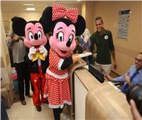 صور| ارسم ضحكة وعروض ترفيهية لشخصيات ديزني بمستشفى الأورام بالأقصر