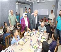 صور  محافظ المنوفية يتناول الإفطار مع أبناء مؤسسة تربية البنين للأيتام