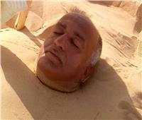 صور| تعرف علي الأمراض التي تُعالج بالدفن في الرمال بالوادي الجديد