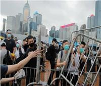 محتجون في هونج كونج يقطعون الطرق المؤدية إلى المطار.. ويحطمون محطة قطار