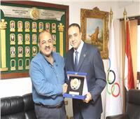 أبوزيد يهدي رئيس الأوليمبية درع الشمس بعد الإنجاز الأفريقي التاريخي