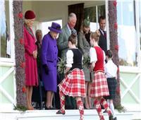 ملكة بريطانيا والأمير تشارلز يشهدان دورة الألعاب الرياضية في قرية أبردينشاير