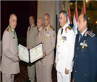 وزير الدفاع يكرم القادة المحالين للتقاعد ويقلدهم وسام الجمهورية