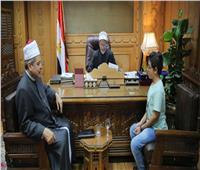وكيل الأزهر يكرم طالبًا أزهريًا ترأس نموذج محاكاة البرلمان المصري