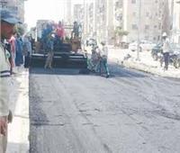 محافظ دمياط تتابع أعمال رصف الشارع الرئيسي بالسرو