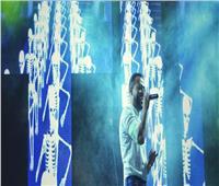 صور| الآلاف يغنون مع تامر عاشور في حفل «كامل العدد» بالاسكندرية