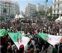 الآلاف يتظاهرون بالجزائر مطالبين برحيل باقي النخبة الحاكمة قبل الانتخابات