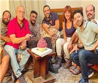 محمد إمام يحتفل بعيد ميلاده داخل مقر تصوير «لص بغداد»