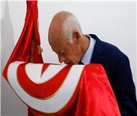 انتخابات تونس| فيديو.. «تقبيل العلم والغناء للوطن» رد فعل قيس سعيد على وصوله للإعادة