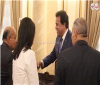 فيديو| لحظة وصول وزير التعليم العالي جامعة  عين شمس لاستقبال الطلاب