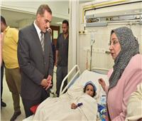 بعد إصابتها بحروق خطيرة .. محافظ أسيوط يزور الطفلة ريتاج بالمستشفى الجامعي