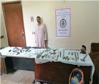 ضبط ورشة تصنيع أسلحة و٦٠٠ جنيه مزيفة و٢٤٣ طلقة بمنزل في أسيوط