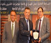 رئيس جامعة عين شمس يكرم عددا من أبطال حرب أكتوبر
