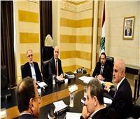 لبنان: الحكومة تبحث فرض رسوم على البنزين وزيادة القيمة المضافة وتجميد زيادات المرتبات