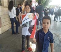 صور  «أطفال» يرفعون رايات تأييد الرئيس أمام «النصب التذكاري»