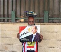شاهد  مسن يعبر عن حبه لمصر من أمام النصب التذكاري