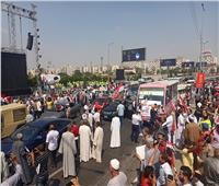 صور  تزايد أعداد المصريين أمام «النصب التذكاري» لتأييد الرئيس