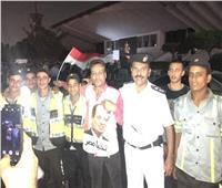 المواطنون يلتقطون صور مع رجال الأمن قبل مغادرة «المنصة»