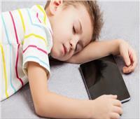 فيديو| أهمها تأخر النمو والأمراض النفسية.. كوارث إدمان الأطفال للهواتف الذكية