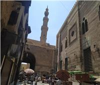 فيديو وصور  حكاية شارع الغورية.. من «حياكة الملابس السلطانية» إلى سوق عشوائي كبير