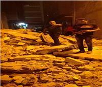 صور  انهيار عقار قديم مكون من 3 طوابق وسط الإسكندرية