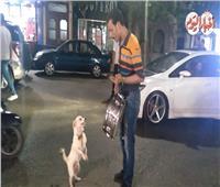 فيديو| «الحاوي» يثير دهشة المواطنين بكلب «لولو»