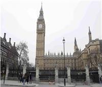 بريطانيا تحتجز رجلا سكب «بنزين» على نفسه أمام البرلمان