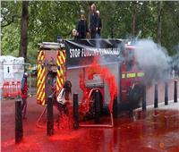 «نشطاء البيئة» يرشون طلاء أحمر على وزارة المالية البريطانية
