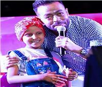 صور| تامر عاشور يُلبي طلب طفلة مُصابة بالسرطان في حفل الرواد