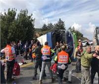 إصابة أكثر من 10 أشخاص في انقلاب حافلة ذات طابقين ببريطانيا