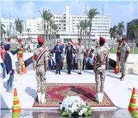 محافظ بورسعيد يضع إكليلاً من الزهور على النصب التذكاري للشهداء