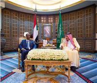 خادم الحرمين والرئيس السوداني يبحثان تعزيز وتطوير التعاون الثنائي في مختلف المجالات
