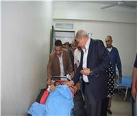 محافظ المنيا يتابع حالة المصابين في حادث انقلاب سيارة ربع نقل