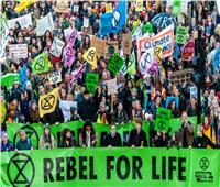 اعتقال أكثر من 300 متظاهر.. والمحتجون على تغير المناح في لندن يتعهدون بالتصعيد