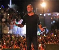فيديو| هكذا احتفل جمهور عمرو دياب بعيد ميلاده.. ورد فعل الهضبة
