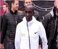 كيبتشوجي أول رياضي يكمل ماراثون فيينا في أقل من ساعتين